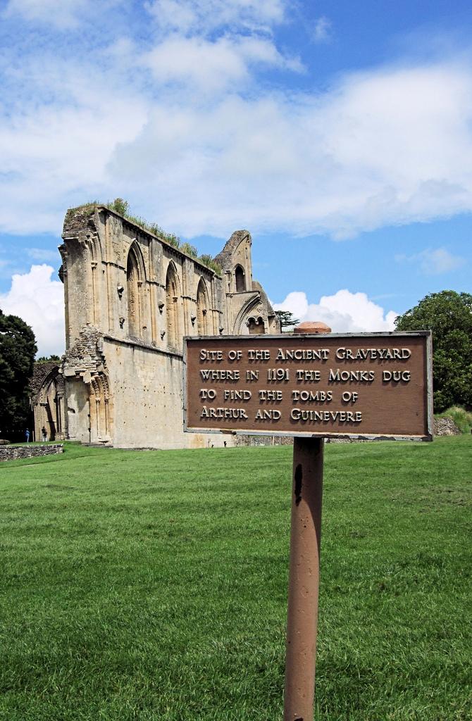 La tumba del rey arturo en Glastonbury - Sendas del viento